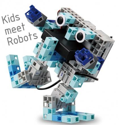 二足歩行している、ロボットの画像です。